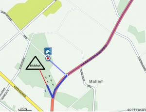Routekaart N18 naar blokhut. Let op: De rode stip is het navigatieadres, maar er is hier geen parkeermogelijkheid. Volg daarom de blauwe lijn naar de parkeerplaats naast de begraafplaats. Volg de rode lijn (bospad) naar de blokhut.